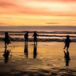 Kids playing on beach — Stock Photo