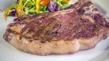 T-bone steak con mais alla griglia — Video Stock