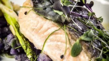 Salmon fillet with asparagus baked in puff pastry — Vidéo
