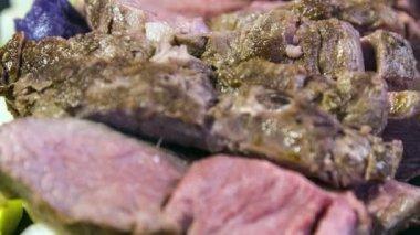 Lamb picanha with vitelotte puree — Stock Video