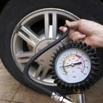 タイヤの空気圧をチェック — ストック写真