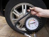 Sprawdzanie ciśnienia w oponach — Zdjęcie stockowe