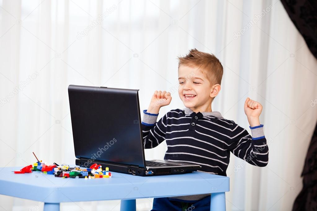 ordinateur portable regard d 39 enfant photo 26966459. Black Bedroom Furniture Sets. Home Design Ideas