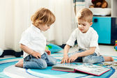 Kids at home playing — Stock Photo