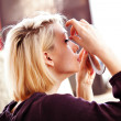 Foto Stock: Womapplying false lashes