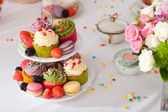 Cupcakes and flowers — Stock Photo