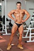 Young bodybuilder in the gym — Zdjęcie stockowe