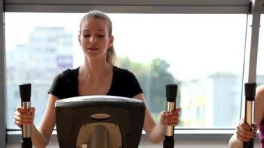 Kvinna träning i gymmet — Stockvideo