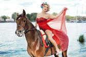 Mujer con maquillaje brillante en el exterior del caballo — Foto de Stock