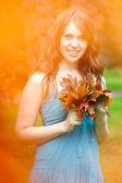 Automne. belle femme en automne. — Photo
