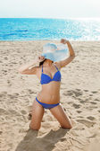 Young beautiful woman on the sand by the sea — ストック写真