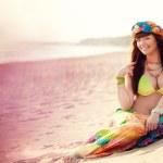 Luxurious beautiful fashionable woman on the beach — Stock Photo #15450921