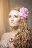 Snygg kvinna i lyxig inredning — Stockfoto