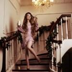 キャンドルと階段に豊かな女性 — ストック写真