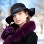 mulher jovem em winter park — Foto Stock
