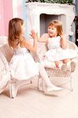Jolies deux filles jouent à la maison — Photo
