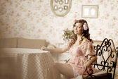 Kobieta siedziała w pokoju wnętrza vintage — Zdjęcie stockowe