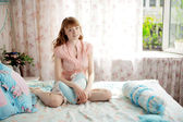 Cute young girl in the children's bedroom — Foto Stock