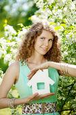 ホース モデルとキーを持つ若い女性 — ストック写真