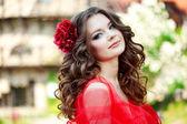 Vacker kvinna i en ljus röd klänning — Stockfoto