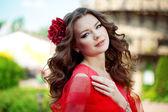 красивая женщина в ярко-красном платье — Стоковое фото