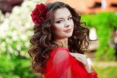 Schöne frau in einem hellen roten kleid — Stockfoto
