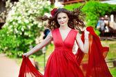Parlak kırmızı elbiseli güzel kadın — Stok fotoğraf