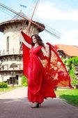 明るい赤いドレスで美しい女性 — ストック写真
