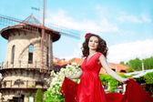Mulher linda em um vestido vermelho brilhante — Foto Stock