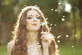 красивая женщина, дует одуванчика — Стоковое фото