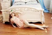 Schöne frau in einem schlafzimmer — Stockfoto