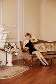 Belle femme dans une chambre à coucher — Photo