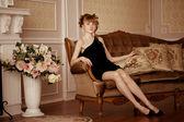 Stilvolle frau im luxuriösen interieur — Stockfoto