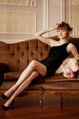 Femme élégante dans l'habitacle luxueux — Photo
