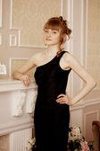 стильная женщина в роскошный интерьер — Стоковое фото