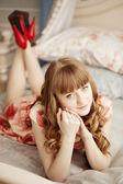 Güzel bir kadın yatak odasında — Stok fotoğraf