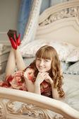 Vacker kvinna i ett sovrum — Stockfoto