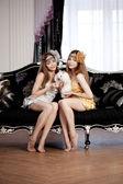 Zwei wunderschöne stilvolle mädchen mit einem hasen — Stockfoto