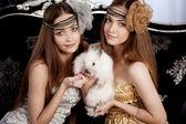 ウサギと一緒に美しいスタイリッシュな女の子 — ストック写真