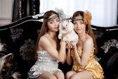 Duas lindas meninas elegantes com um coelho — Foto Stock