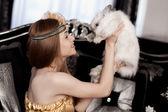 красивая стильная девушка с кролик — Стоковое фото