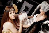 две красивые стильные девушки с кролик — Стоковое фото