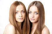 Skönhet porträtt av två vackra unga kvinnor — Stockfoto