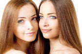 美的两个漂亮的年轻女人肖像 — 图库照片