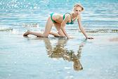 Schöne frau am strand am meer — Stockfoto