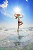 Belle femme sur la plage au bord de la mer — Photo