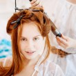 Foto Stock: Hair stylist makes bride on wedding day