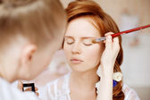 Stylist makes makeup bride on the wedding day — ストック写真