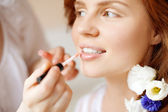 Stylist makes makeup bride on the wedding day — Stock Photo