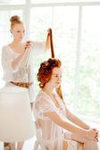 Stylista włosów sprawia, że panna młoda w dniu ślubu — Zdjęcie stockowe